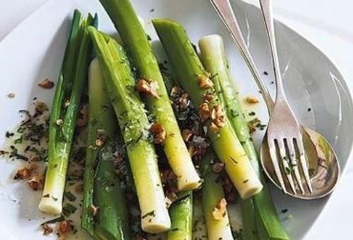 блюдо с луком порей