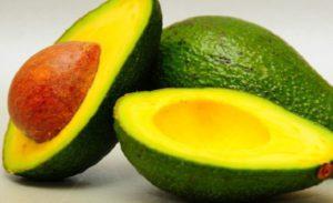 спелые плоды авокадо